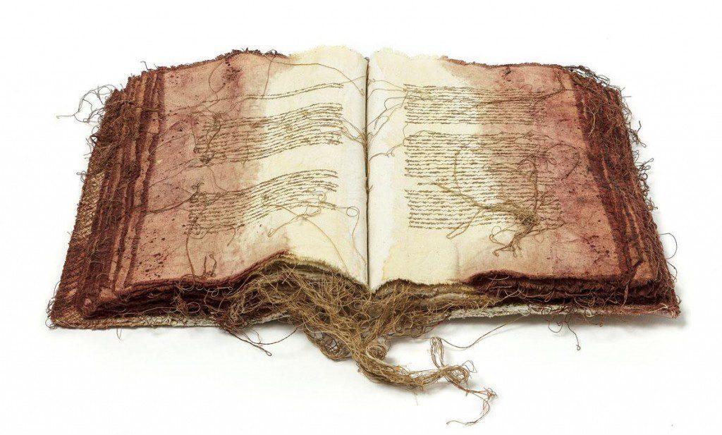 Maria Lai, Il mare ha bisogno di fichi, 1996, stoffa e filo, 25,5×17,5×3,5cm, foto: pierluigi dessì/confini visivi